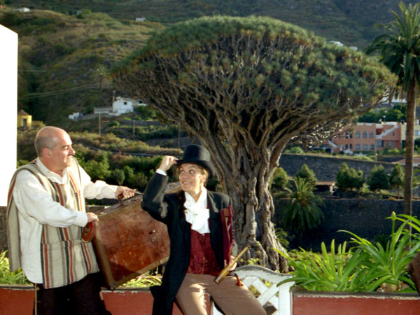 Die Akteure vor einem Drachenbaum