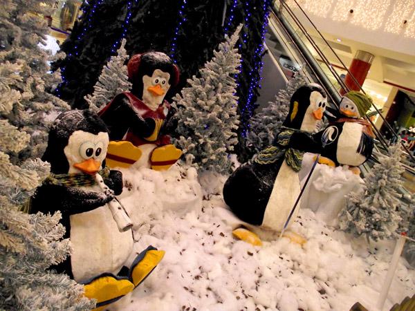 Weihnachtsinszenierung am Fuss der Riesentanne im Einkaufszentrum