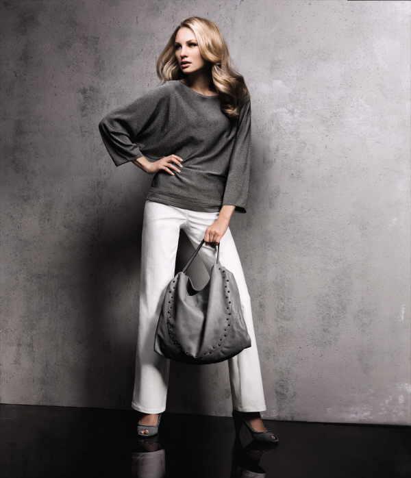 So edel kann Denim wirken: Weiße Jeans mit einem schimmernden Oberteil in edlem Grau.