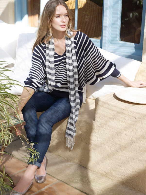Zu einem weit geschnittenen Pulli im Marine-Look passt eine hautenge Jeans besonders gut.