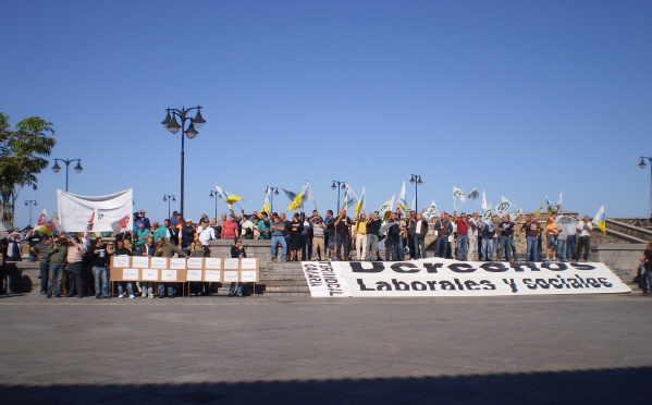 Gestärkt von den Gewerkschaften wehren sich die Mitarbeiter gegen drastische Lohnkürzungen.