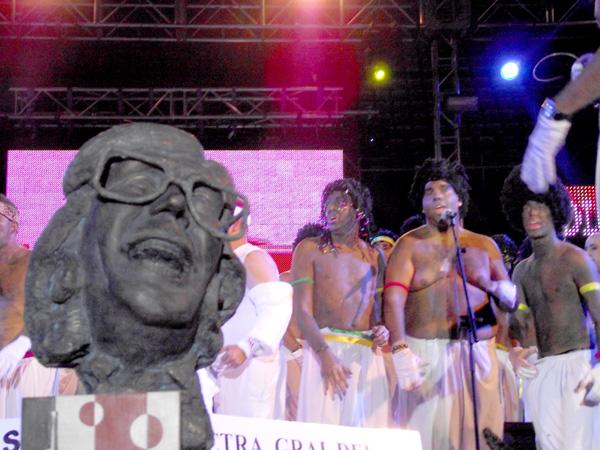 Männergesang neben der Büste des Murga-Mentors