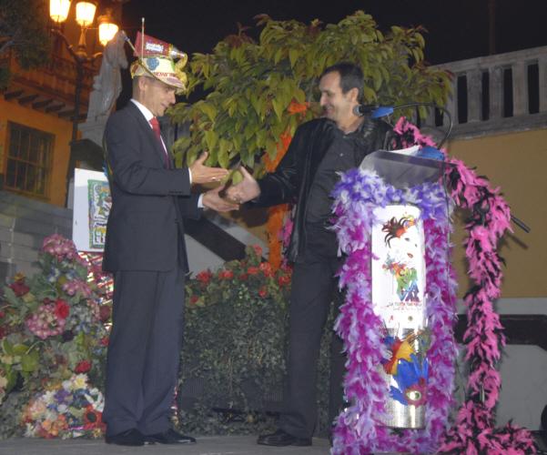 """Der Bürgermeister von Icod de los Vinos, Diego Afonso, erklärt mit bunter """"Narrenkappe"""" die Karnevalssaison für eröffnet."""