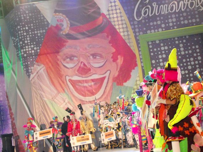 Aufmarsch der Karnevalsgruppen unter dem Bild des Schirmherrn