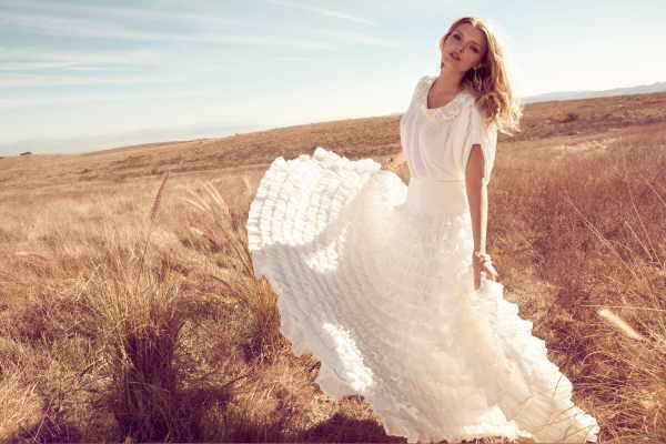 Bezaubernde Romantik: Weitschwingendes Kleid in der Trendfarbe des Sommers – Weiß