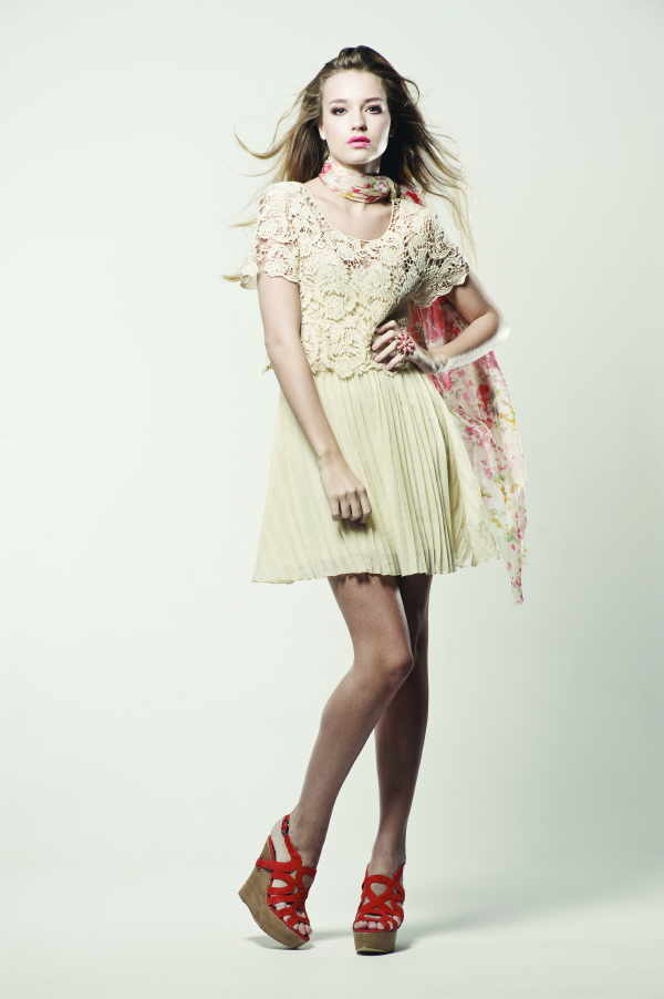 Auch Minikleider geben sich jetzt romantisch mit Spitzenverzierungen und in zarten Tönen