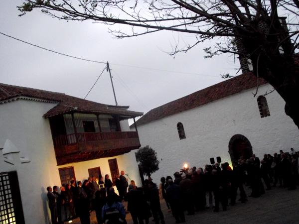 Einweihungszeremonie vor dem Eingang