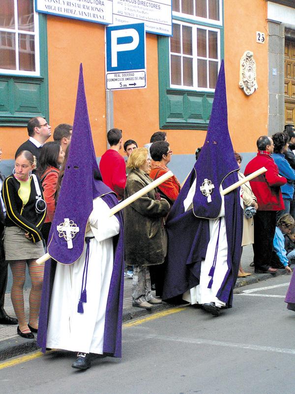 Prozessionen ziehen Touristen magnetisch am