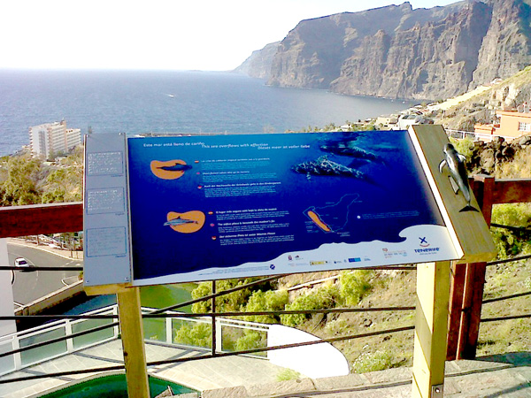 Info-Tafel vor den Klippen von Los Gigantes