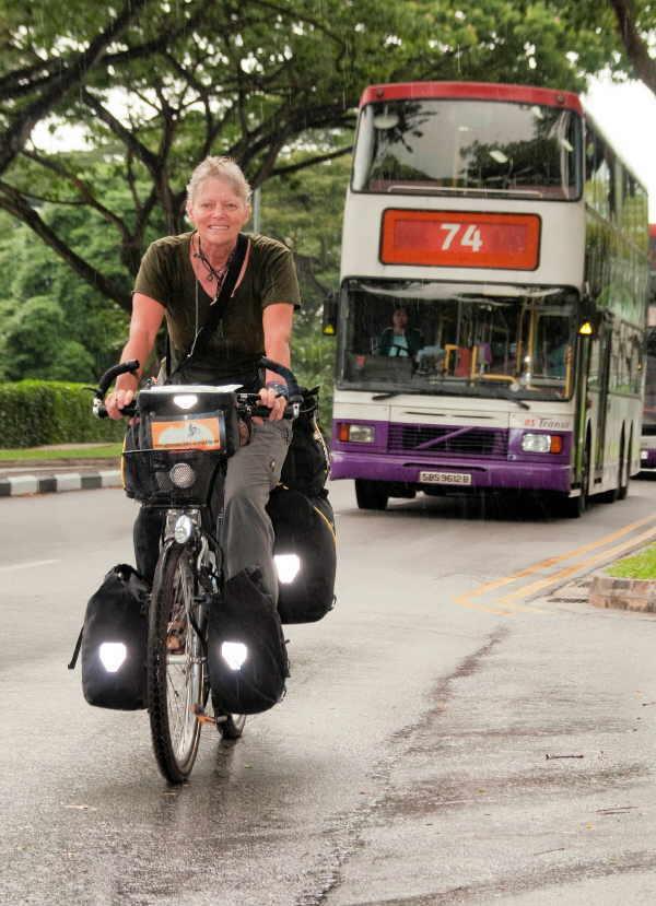 So oft es geht, ist Brigitte Kleine mit dem Fahrrad unterwegs - hier radelt sie gerade in Singapur.