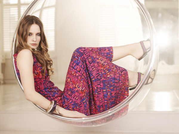 Alternative zum lässigen Look: High-Heels in zwei Tönen, dazu eine Kette, die ebenfalls die Farben des Kleides wieder aufgreift