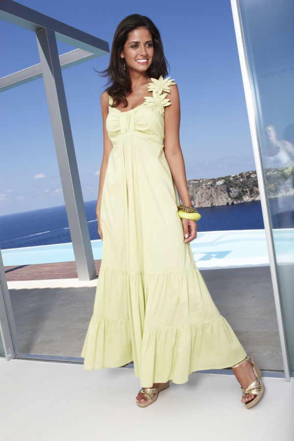 Ein zarter Schal mit aufwändigen Details schützt vor kühler Luft. Eine schöne Ergänzung zum femininen Kleid ist auch die filigrane Kette mit Goldplättchen