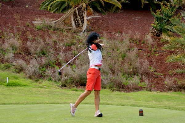 Catalina kombiniert ihren Lieblingssport, das Golfen, gerne mit ihrer Kunst.