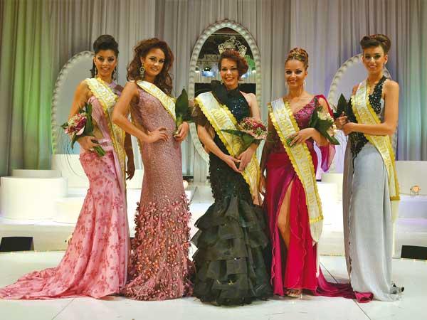 Die Festkönigin 2011 mit ihren Damen