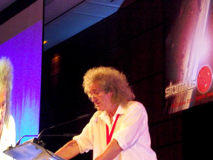 Er rockt mal nicht: Brian May am Rednerpult