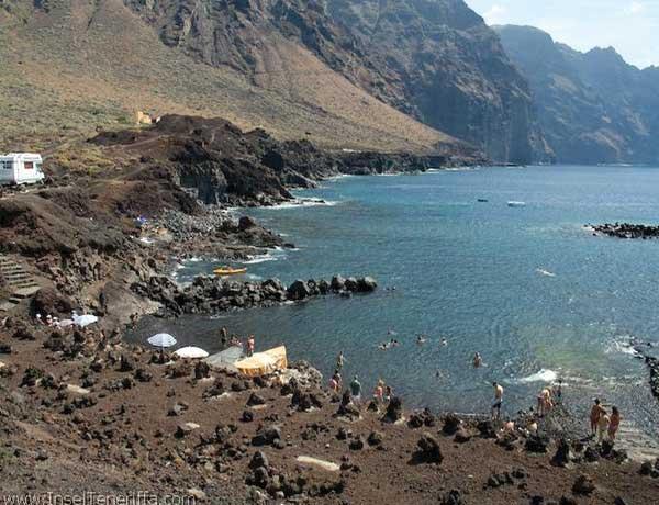 Bekannt ist an der Punta de Teno vor allem das Hafenbecken. Direkt gegenüber findet man die Playa de las Ballenas.