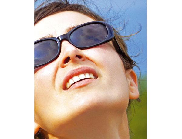 Neben der natürlichen Hautalterung spielen vor allem Umweltfaktoren, wie etwa Sonneneinstrahlung, eine entscheidende Rolle bei der Hautalterung