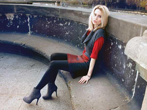 Kurz und gut: Minirock mit farbigem Einsatz. Dazu gehören im Herbst High-Heels-Stiefeletten