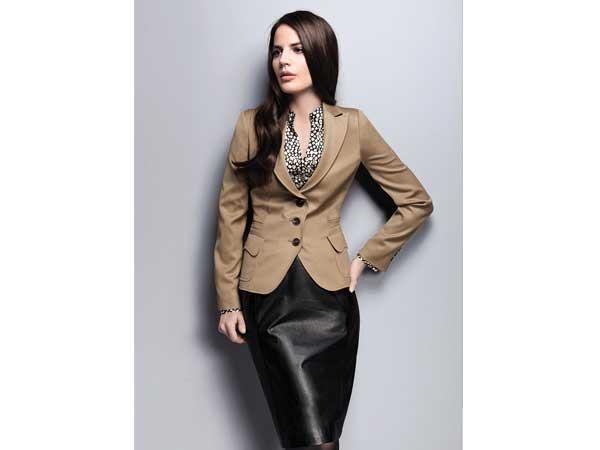 Einer der Favoriten bei den Materialien für die neue Mode ist Leder. Besonders edel wirkt es bei Röcken in italienischer Länge