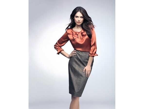 Schmal geschnittene Röcke mit traditonellen Mustern liegen in diesem Herbst voll im Trend und wirken immer elegant und feminin zugleich.