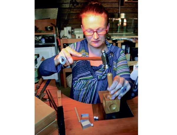 Claudia Kellermann, eine deutsche Kunsthandwerkerin in kanarischen Kreisen. In ihrer Werkstatt verwirklicht sie kreative Ideen.