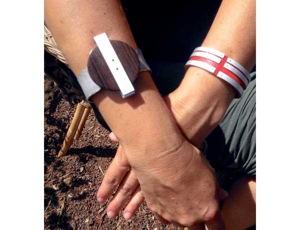 Auch Armbänder aus Metall gemischt mit Leder oder Holz gehören zu ihren Stücken.