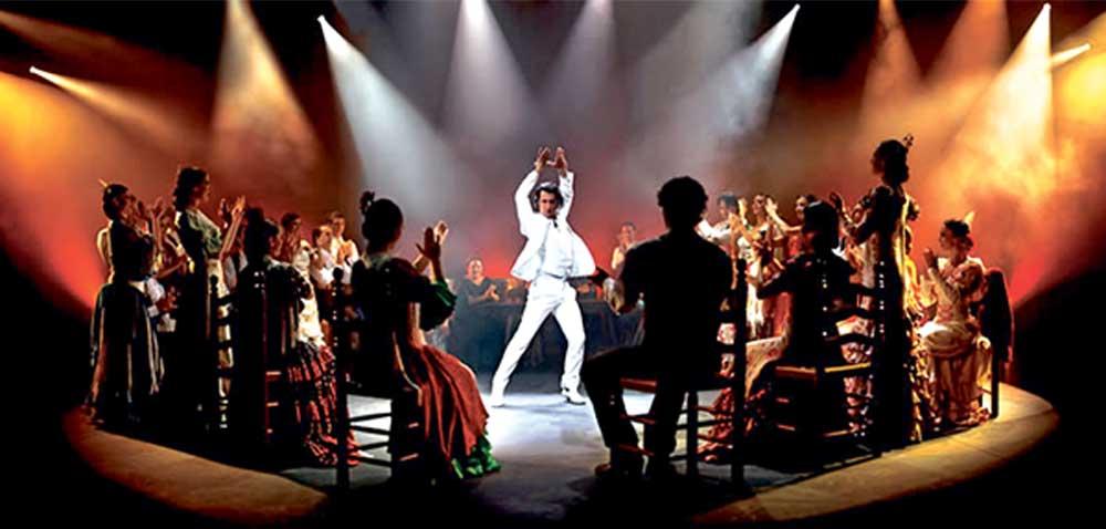 Tanzgesänge mit Klatschen und Kastagnetten, die sich im Laufe des Vortrags einem temperamentvollen Höhepunkt zusteuern, sind typische Flamenco-Elemente.