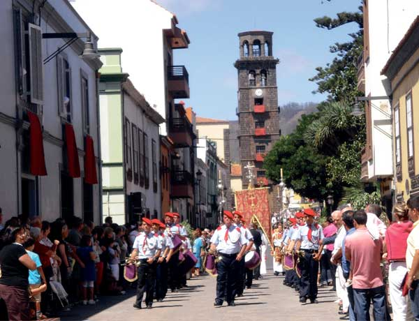 Ein feierliche Prozession zu Ehren des Christus am silbernen Kreuz in der Innenstadt von La Laguna.