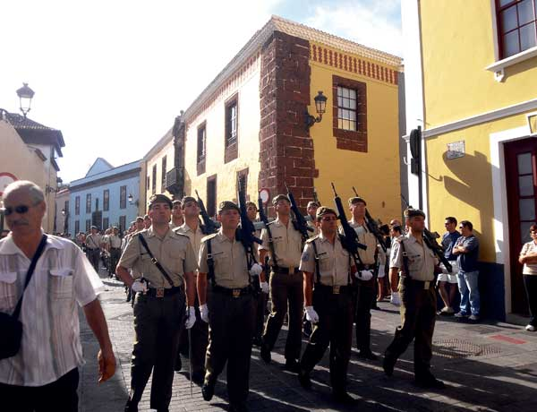 Militärische Vertreter sind Teil der imposanten Prozession.