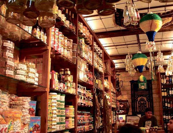 Im Lebensmittel-Shop bräuchte man eigentlich eine Tabelle, mit der man die Zusatzstoffe auf Dosen und Packungen verifizieren kann.
