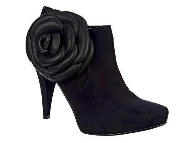 Stiefeletten trägt man in diesem Winter mit hohem Absatz – und einem Schuss Romantik dank der seitlichen Blumen-Applikation. Von Head over Heels