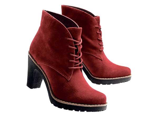 Klassische Stiefeletten in der neuen Trendfarbe Rot. Klasse zu schwarzen Outfits oder zu Jeans. Von Bon Prix