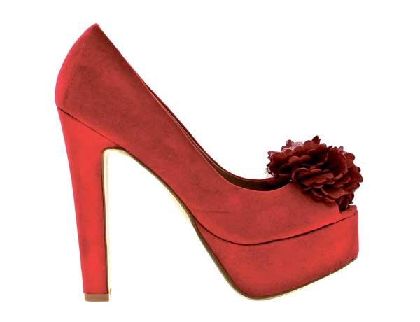 Peeptoes nennt man die Schuhe mit Zehenöffnung vorn. Hier aus knallrotem Wildleder und mit Schmuckblume. Von Barrats