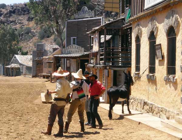 Humorvolle Sketcheinlage: Mexikanische Banditen machen den Cowboys zu schaffen.