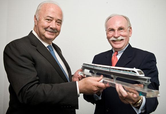 Inselpräsident Ricardo Melchior und Professor Mnich mit einem Modellzug.