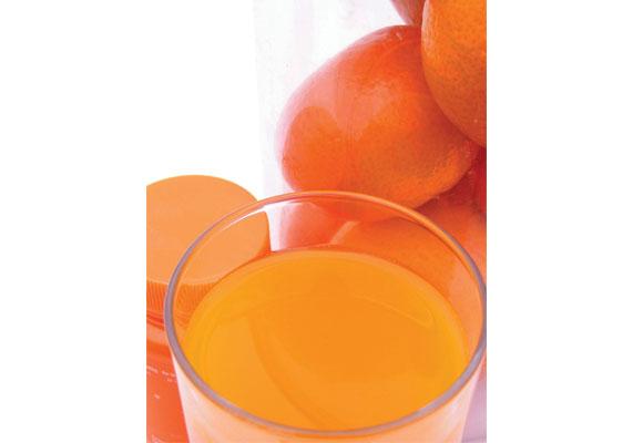 Frischer Saft ist Bestandteil einer Detox-Methode. Im Gegensatz zu reinem Wasser führt man damit dem Körper auch Vitamine und Mineralstoffe zu