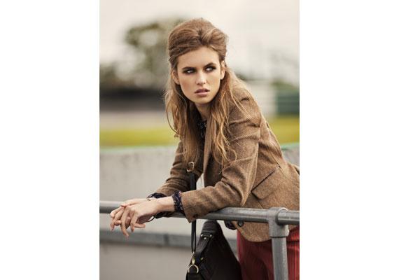Klassische Blazer-Variante in braunem Tweed. Neu in diesem Herbst sind die kurze Form und feine Details wie Leder-Paspelierungen an den Taschen. Von AWear