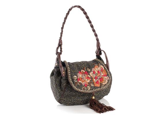 Auch Tweed-Taschen machen jetzt Furore. Vor allem dann, wenn sie über liebevolle Details wie die aufgestickten Blüten verfügen. Von Accessorize