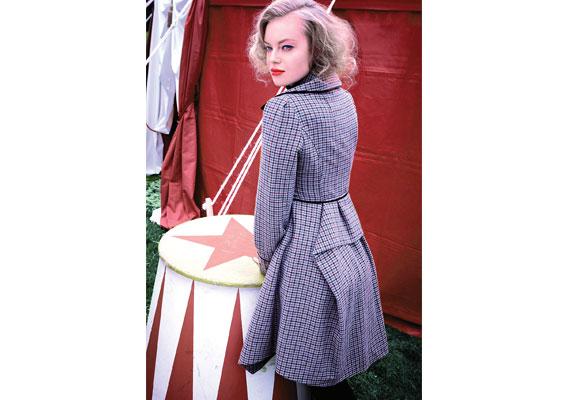 Tweed und Karo machen zusammen jetzt Mode. Kurzmantel mit ungewöhnlicher Rückenpartie und schwarzen Paspelierungen. Von TK Maxx