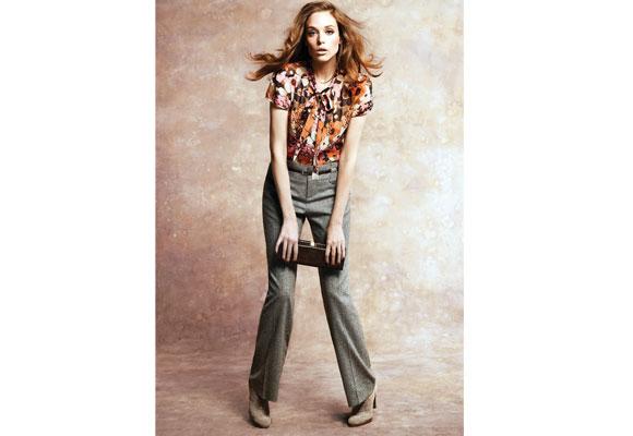 Tweed ist das traditionelle Material für Hosen –normalerweise für Männer. Jetzt aber trägt Sie das Trend-Material und kombiniert es mit einer Bluse im Blüten-Print. Von Monsoon/Accessorize