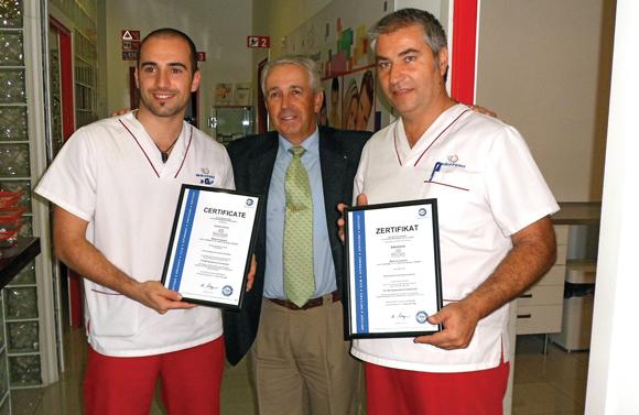 José A. Via (Bildmitte) überreicht die Zertifizierung Aldo Della Schiava (r.i.B.) und seinem Team.