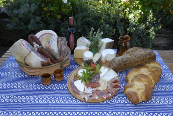 Wurst, Käse frisches Brot und lokaler Wein – lecker und vorzüglich angerichtet