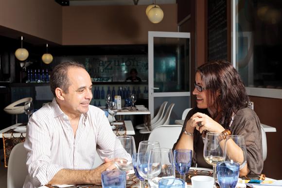 Pablo Pastor bespricht gerne jedes gewünschte Menü mit der Hochzeitsplanerin Nadine García Breuer.