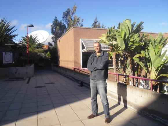 Héctor Socas Navarro vor dem Astrophysischen Institut in La Laguna. Er ist Spezialist auf dem Gebiet der Sonnenforschung.