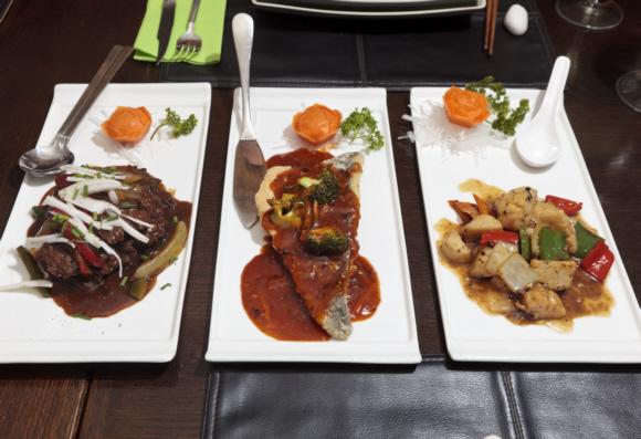 Wenn man zu mehreren speist, kann man sich verschiedene Teller bestellen und teilen. So kommt man in den Genuss vieler Geschmackserlebnisse.