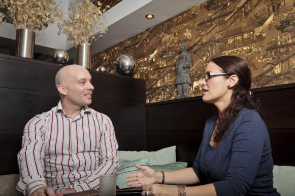 Nadine García Breuer im Gespräch mit Geschäftsführer Gareth Robert Buckley.