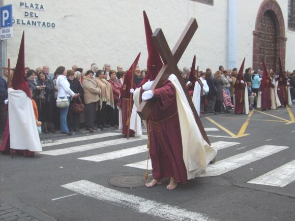 Eindrucksvoll und teils unter eigenen Schmerzen stellen die Bruderschaften in La Laguna den Leidensweg nach.