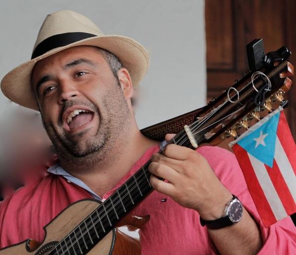 Yeray Rodriguez aus Gran Canaria mit seiner Timple-Gitarre.