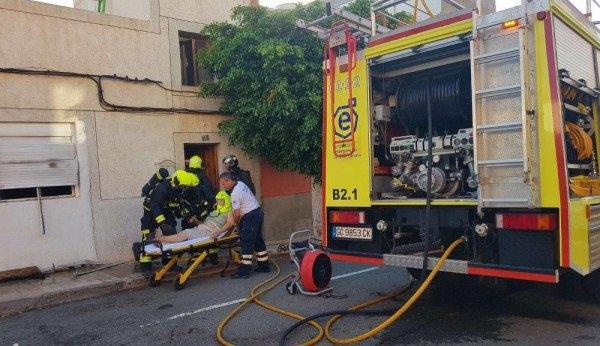 Eine 68-Jährige wurde mit einer Rauchvergiftung ins Krankenhaus gebracht.