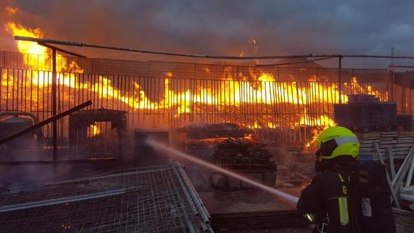 Die Feuerwehrleute sahen sich einem richtigen Feuerwall gegenüber.